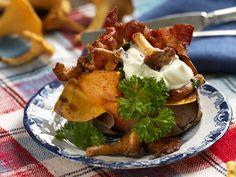 Sötpotatis med bacon och kantareller Camembert Cheese, Bacon, Meat, Chicken, Breakfast, Ethnic Recipes, Food, Inspiration, Frases