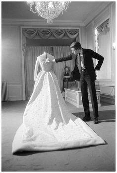 - Pesquisa Google Yves Saint Laurent, couturier français, et la robe de mariage de Farah Dibah, impératrice d'Iran. Décembre 1959.