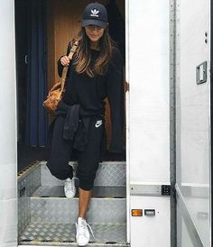 total look noir + sneakers blanches + casquette