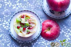 Dentro queste bellissime mele rosse si nascone una sfiziosa insalata autunnale che stupirà il vostro palato con il suo mix delicato e accattivante di frutta e verdura!