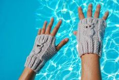 Padrão simples e gratuito de luvas com pequenas corujas. Mario Crochet, Knit Crochet, Poster Design, Practical Gifts, Unusual Gifts, Fingerless Gloves, Arm Warmers, Embroidery, Knitting