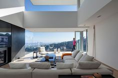 Los Angeles Contemporary House Boasts Breathtaking Views of Hills and Cityscapes