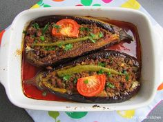 My mixed kitchen: Karnıyarık (Turkish stuffed eggplant with minced meat from . Beef Recipes, Cooking Recipes, Healthy Recipes, Aubergine Oven, Alive And Cooking, I Love Food, Good Food, Moroccan Dishes, Middle East Food