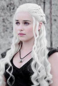 Emilia Clarke nasceu em Londres, Inglaterra e cresceu em Berkshire. O seu pai é sonoplasta de teatro, a sua mãe é empresária.