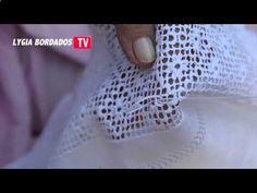 Bainha Aberta - Flor na grade Как вышивать по сетке. Набор уроков вышивки по сетке здесь >>> www.pinterest.com...