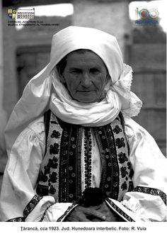 PRIVIND ISTORIA ÎN OCHI. 100 DE PORTRETE DE ȚĂRANI TRANSILVĂNENI | Muzeul Etnografic al Transilvaniei