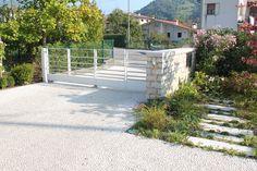 Abitazione privata Pavimento esterno realizzato in Ghiaino lavato in ciottoletti di marmo Botticino