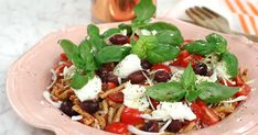 Italiensk pastasallad med soltorkade tomater | Recept från Köket.se Caprese Salad, Mozzarella, Grilling, Food And Drink, Veggies, Eat, Ethnic Recipes, Crickets, Backen