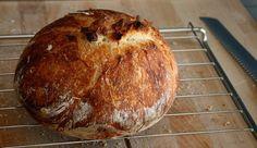 De gedachte dat brood maken alleen weggelegd is voor bakkers en uren aan kneedwerk kost, is…