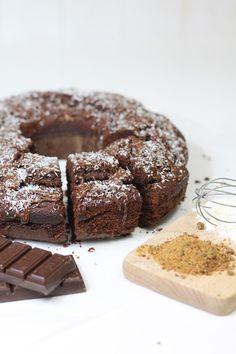 Una ciambella al cioccolato con farina poco raffinata e zucchero integrale per una colazione o merenda più genuina!
