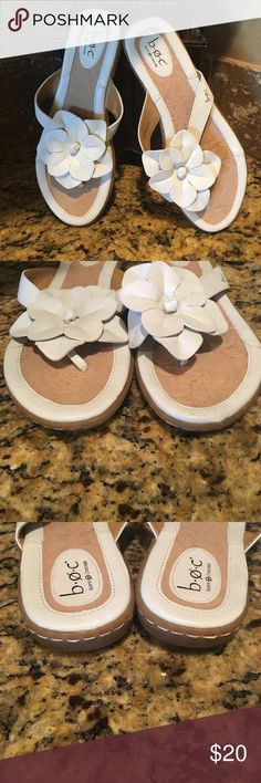 ➡️LIKE NEW B.O.C. White Tong Floral Sandals Size 9, very comfortable, in like new condition. b.o.c. Shoes Sandals