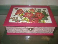 Caixa de madeira pintada e com decoupage
