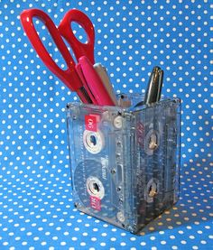 DIY Craft Projects with old Cassette Tapes - Make a desk caddy. Fun Crafts, Diy And Crafts, Arts And Crafts, Diy Simple, Easy Diy, Desk Caddy, Craft Projects, Projects To Try, Diy Inspiration