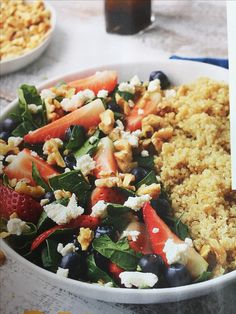Salat med quinoa, jordbær, blåbær, fetaost, valnøtter, spinat. Dressing: olivenolje, honning, salt og pepper, evt litt rødvinseddik