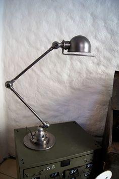 Pris 6 000,-       Jielde lampe, to leddet, Design av Jean-Louis Domecq, 1950, Frankrike. Lampene er idag et ikon. Dimensjon: 2x40 cm. Standard E27 sokkel.