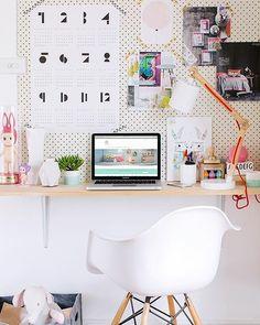 """478 curtidas, 2 comentários - DIY Home  (@diyhomebr) no Instagram: """"Home office com escrivaninha suspensa e painel perfurado. Fonte: Pinterest #decor #decoracao…"""""""