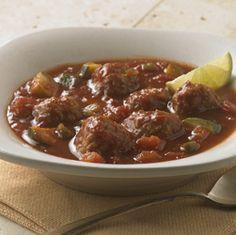 Albóndigas y vegetales en una base sabrosa de sopa, realzada con un chorrito de jugo de lima fresca