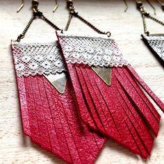 """Boucles d'oreille cuir franges rouge , triangle et dentelle TOTEM - Collection """"L'été Indien"""""""