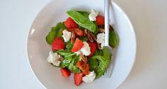 Een heerlijke lichte en gezonde spinazie salade met aardbeien en geitenkaas.