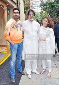 Abhishek, Amitabh and Aishwarya Bachchan meet the people outside Pratiksha on the occasion of Big B's birthday in Mumbai on October 2010 . Get premium, high resolution news photos at Getty Images Bollywood Makeup, Bollywood Outfits, Bollywood Fashion, Bollywood Cinema, Bollywood Pictures, Bollywood Actress Hot Photos, Beautiful Bollywood Actress, Pakistani Dresses Casual, Indian Gowns Dresses