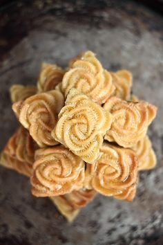 Flower cookies from Orient Arabic Dessert, Arabic Sweets, Arabic Food, Cookie Recipes, Dessert Recipes, Snack Recipes, Maamoul Recipe, Gastronomia, Biscuits