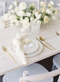 Floral Centerpieces Stand Out Amidst Neutral Palette of Whites, Ivory, and Gold in Elegant Bridal Editorial - Once Wed Wedding Bows, Floral Wedding, Dream Wedding, Modern Minimalist Wedding, Once Wed, Wedding Reception Tables, Sugar Flowers, Floral Centerpieces, Wedding Designs