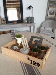 Chez MAISON DE FAMILLE : une caisse de vin décorée faisant office de plateau  ♥♥♥