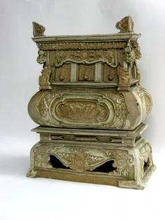 Brûle parfum Dynastie des Lê (XVIIe siècle) Grès à couverte ivoire et verte H : 32cm l : 25 cm P : 12.5 cm Cernuschi, M.C. 6397
