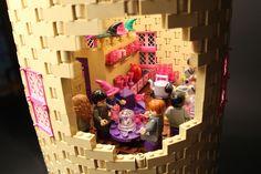 Image: Harry Potter Hogwarts built from Lego pieces (© Rex Features) Lego Harry Potter, Harry Potter Castle, Harry Potter Hogwarts, Hogwarts Lego, Legos, Lego Kitchen, Lego Sculptures, Lego Castle, Alice