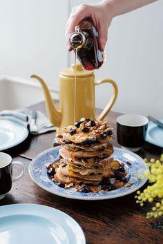 Guest Recipe: Banana, Blueberry and Pecan Pancakes Bananen-, Blaubeer- & Pekannuss-Pfannkuchen Pecan Pancakes, Blueberry Pancakes, Pancakes And Waffles, Vegan Blueberry, Cupcakes, Pancake Day, Pancake Breakfast, Pancake Stack, Breakfast Dessert