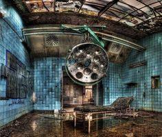 """Beelitz-Heilstätten, Alemanha  Conhecido também como o """"hospital militar de Hitler"""", por já ter tratado ferimentos do ditador durante a Guerra, esse complexo de edifícios foi construído com a intenção de cuidar de pacientes com tuberculose, em Berlim. Depois da Guerra o hospital foi abandonado, e só restou móveis velhos e enferrujados – e poderia ser facilmente cenário de filmes de terror."""