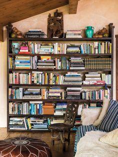 Arriba: Un librero gigante está dispuesto cuidadosamente, haciendo de esta…