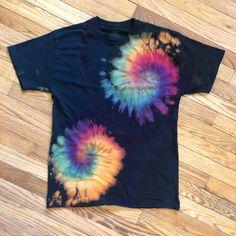Shibori, Reverse Tye Dye, Tie Dye Folding Techniques, Diy Tie Dye Designs, Diy Tie Dye Shirts, Tie Dye Party, Tie Dye Crafts, How To Tie Dye, Tie Dye Outfits