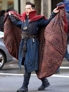 Benedict Cumberbatch(Doctor Strange) Benedict Cumberbatch as Doctor Strange filming in NYC Marvel Dc, Marvel Fanart, Mundo Marvel, Marvel Heroes, Hulk, Spideypool, Bucky Barnes, Martin Freeman, Hawkeye