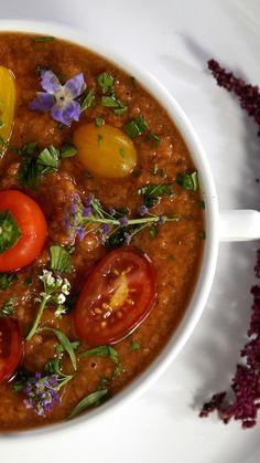 Essa sopa fria de tomates é super saborosa, refrescante e saudável.