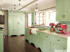 Mint Green - Popular Kitchen Paint and Cabinet Colors - Colorful Kitchen Pictures - House Beautiful Mint Green Kitchen, Green Kitchen Cabinets, Kitchen Cabinet Colors, Kitchen Paint, Kitchen Colors, New Kitchen, Vintage Kitchen, Kitchen Decor, Country Kitchen
