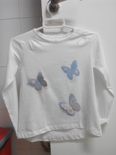 Camiseta personalizada con rodilleras. Mariposas. Coderas. Sweatshirts, Sweaters, Fashion, Elbow Patches, Custom T Shirts, Butterflies, Flowers, Moda, Sweater
