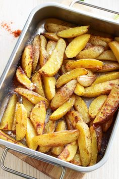 These roasted garlic parmesan potato wedges make a fantastic side dish that goes with almost everything from grilled poultry and meat to fish and seafood. Much simpler to make than fries and involv… Potato Snacks, Potato Dishes, Healthy Eating Recipes, Vegetarian Recipes, Cooking Recipes, Vegetable Side Dishes, Vegetable Recipes, Garlic Parmesan Roasted Potatoes, Best Potato Recipes