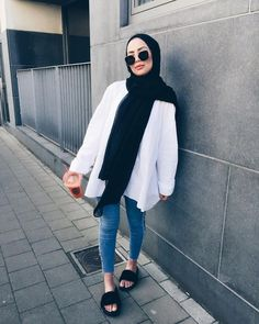 64 hijab with jeans – modest hijab jeans outfits this season Modern Hijab Fashion, Hijab Fashion Inspiration, Islamic Fashion, Muslim Fashion, Fashion Black, Korean Fashion, Fashion Ideas, Fashion Trends, Hijab Chic