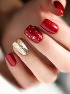 : Gorgeous christmas nails red and gold accent glitter nail! - : Gorgeous christmas nails red and gold accent glitter nail! Holiday Nail Art, Christmas Nail Art Designs, Winter Nail Designs, Stylish Nails, Trendy Nails, Cute Nails, Christmas Nails 2019, Xmas Nails, Christmas Glitter
