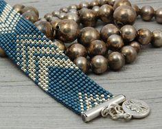 Kralen armband gemaakt met denim weefgetouw en zilveren glas