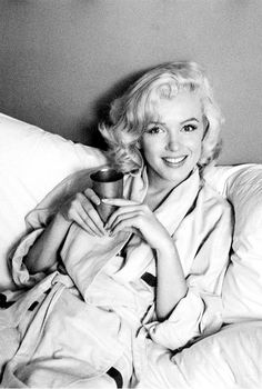 "summers-in-hollywood: ""A previously unseen shot of Marilyn Monroe, Photo by Milton Greene "" Hollywood Glamour, Classic Hollywood, Old Hollywood, Hollywood Girls, Divas, Marilyn Monroe Fotos, Marylin Monroe Pictures, Marilyn Monroe Style, Marilyn Monroe Movies"