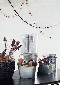 Girlanden müssen nicht zu Geburtstagspartys oder  Einweihungspartys aufgehängt werden, sie können ein ganzen Jahr über dekoriert werden! Kitchen Styling, Decoration, Kitchenware, Bunt, Barware, Alcoholic Drinks, Sweet Home, Kitchen Appliances, Glass