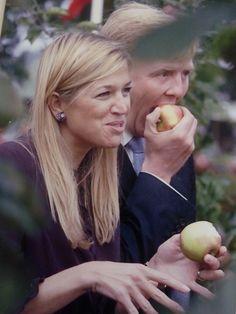 Maxima proeft van de appels uit Wijk bij Duurstede tijdens de verlovingstour door Nederland.