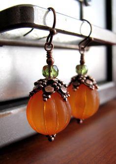 Riche adorables boucles d'oreilles citrouilles oranges sont faites avec vintage texturée, translucide acrylique et surmontée d'une caps perle cuivre vieilli décoratifs très détaillées et à facettes mousse perles de verre vert. Parfait pour l'automne ou Halloween.  Perles à côtes orange: 1/2 de diamètre (12mm)  S'il vous plaît sélectionner votre choix de boucles d'oreilles crochets: -Crochets Français plus courts (illustrés): environ 1-3/8 longueur totale -Fils de rein plus longues…