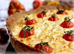 Torta salata con formaggio, pomodoro e basilico