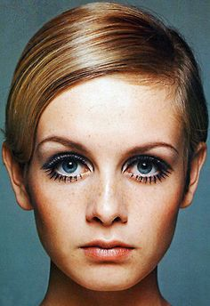 Lesley Lawson born 19 September fashion vintage Model portrait Widely known as Twiggy. In the mid she became a prominent British teenage model of swinging sixties London with others such as Penelope Tree. Mod Makeup, 1960s Makeup, Twiggy Makeup, Vintage Makeup, Hair Makeup, Iconic Makeup, Estilo Twiggy, Undone Look, Estilo Hippy