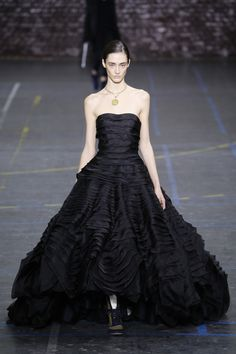 John Galliano Fall 2016 Ready-to-Wear Fashion Show - Amanda Googe