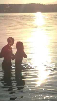 Love this. I love pictures were you can't see there face and the sun is bright against the water. It's so beautiful. Bon Iver, Fotos Goals, Love Amor, Photo Couple, Young Love, This Is Love, Jolie Photo, Hopeless Romantic, Summer Of Love