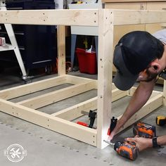 How to Build a DIY Workbench / Work Table from Fräulein Käthe caramelcorretto Holzwerken Need a better work area in your garage shop? This DIY workbench / work table is the perfect solution for Workbench Plans Diy, Building A Workbench, Mobile Workbench, Woodworking Workbench, Workbench Table, Workbench Organization, Industrial Workbench, Folding Workbench, Workbench Designs